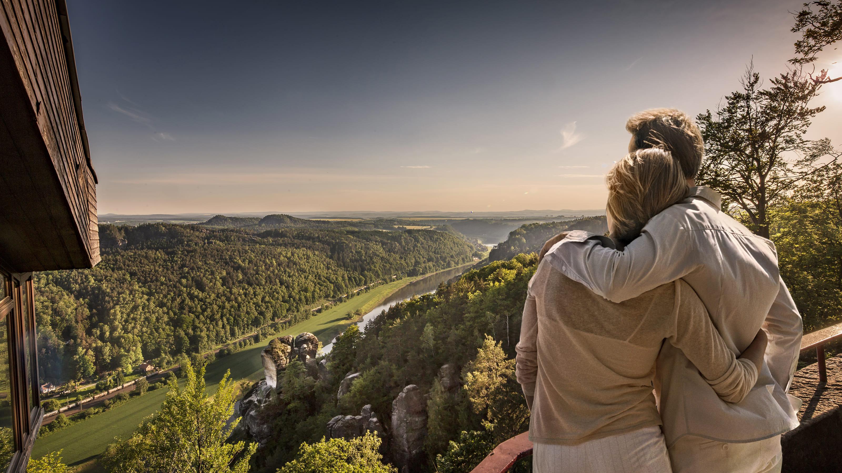 Paar genießt die Aussicht auf die Elbe